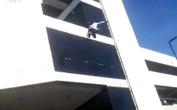 [Video] Hombre se lanza del cuarto piso en aeropuerto de Tijuana y sobrevive