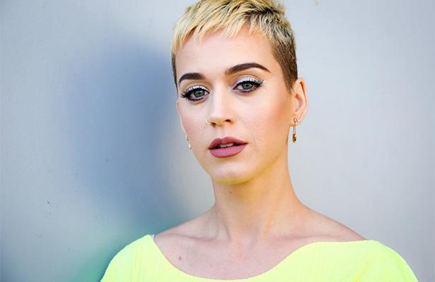 ¡Katy Perry enseña de más durante transmisión en vivo!