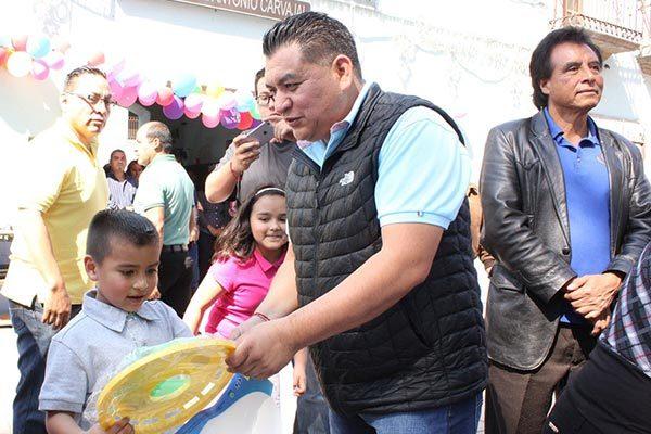 Festeja Eloy Reyes a decenas  de infantes por Día de Reyes