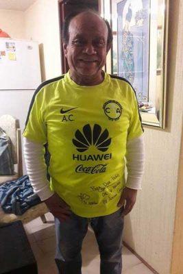 Recibe apizaquense Zayas Luna camiseta autografiada por jugadores del América