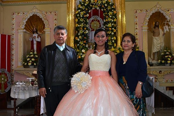 La quinceañera acompañada de sus padrinos