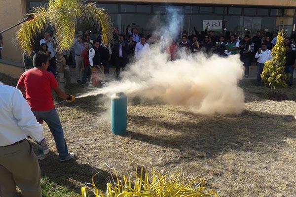 Momento en que coordinadores municipales de Tlaxcala, sofocan un incendio en el hogar. /Tomás BAÑOS