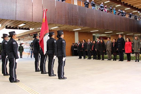 La magistrada presidenta del TSJE, Elsa Cordero Martínez, encabezó los honores a la bandera en Ciudad Judicial. /EL SOL DE TLAXCALA