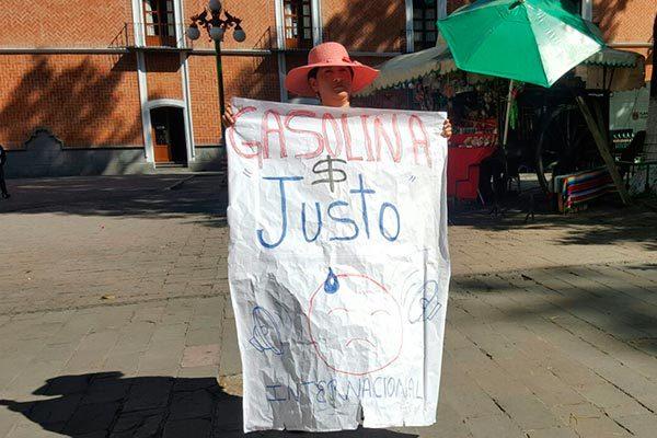 Solitaria mujer marcha por el zócalo para protestar contra gasolinazo