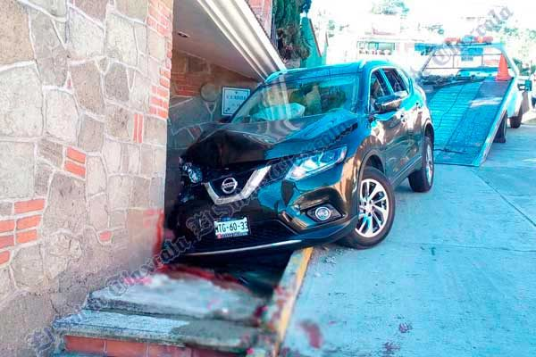 Mujer caminaba por la banqueta cuando fue atropellada por camioneta