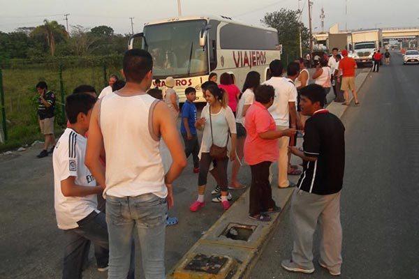 En una caseta ubicada en Huimanguillo, Tabasco, 46 aficionados tlaxcaltecas fueron bajados del autobús, presuntamente porque la empresa Turística Mexicana no recibió el total del pago. /EL SOL DE TLAXCALA