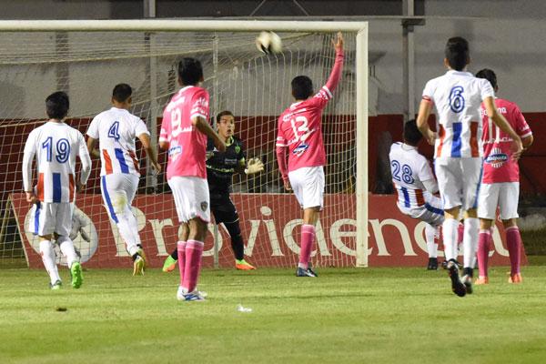 Ricardo Zendejas tuvo el gol para Sportin Canamy a cinco del final, pero erró arriba del travesaño. / Everardo NAVA