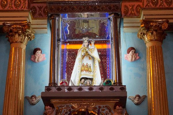 En el altar mayor de la parroquia se aprecia a la Virgen de Loreto y el Niño Jesús en sus brazos