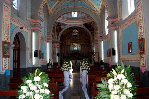 El interior de la parroquia de la Virgen de Loreto tiene escasas proporciones y techo de bóveda, así como el altar mayor es de mármol blanco con columnas de jaspe amarillo y la decoración es reciente