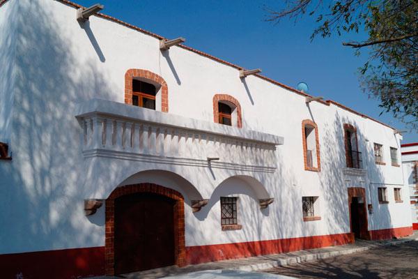 La casa parroquial se ubica a un costado del templo y el frente da al jardín central de Españita
