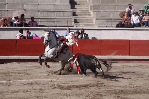 Luis Pimentel, rejoneador tlaxcalteca, hizo buena faena, pero falló al tirarse a matar. / Tomás BAÑOS