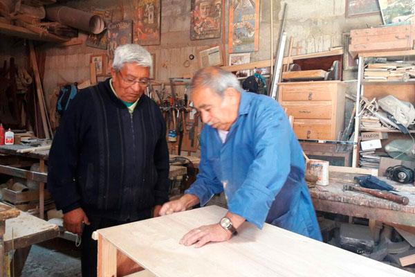 Desde hace 30 años don Chester trabaja con su hermano Fermín Pérez Hernández, de 73 años, como artesanos creativos en la elaboración de muebles de madera