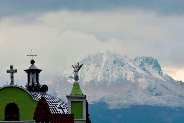 """""""Pega"""" fuerte frío a Tlaxcala; cae nieve en la Malinche"""