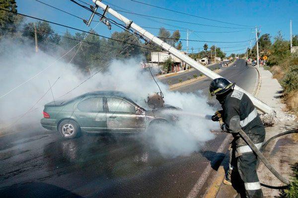 Se incendia su vehículo al chocar contra poste de CFE