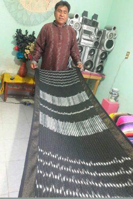 Una de las piezas que más atesora es un rebozo tejido con hilos de oro y la técnica del jaspe. / Fabiola VÁZQUEZ