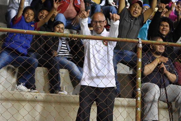 """El """"Abuelo"""" Coyote, siempre alentando a la jauría tlaxcalteca, ejemplo de vitalidad y futbol limpio. / Everardo NAVA"""