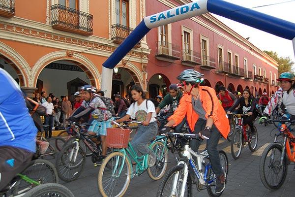 Bicicletas de diversos tamaños, rodadas y colores se dieron cita para participar en el circuito nocturno, donde mostraron su entusiasmo para difundir este deporte. / Fabiola VÁZQUEZ