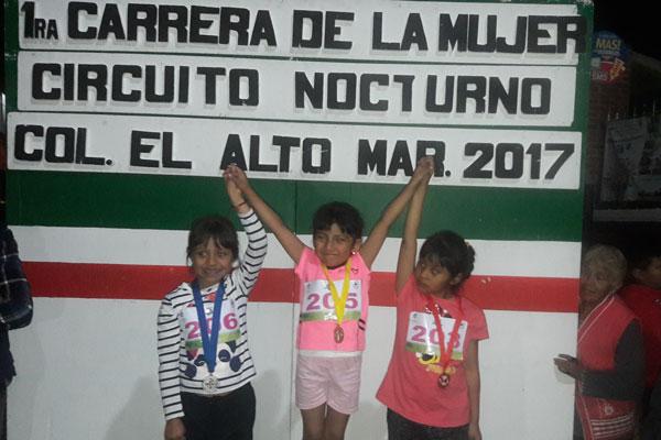 Diversas niñas participaron en el circuito nocturno de la Carrera de la Mujer. / Fabiola VÁZQUEZ
