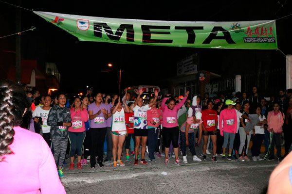 Premian a 21 atletas en carrera nocturna de la mujer