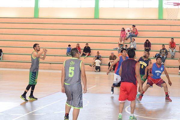 Enemigos vence a Apaches en liga de basquetbol de Zacatelco
