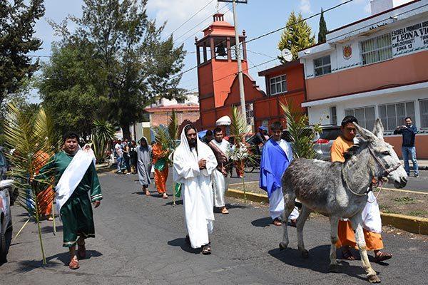 Dieciséis voluntarios participaron en la procesión de Domingo de Ramos desde El Cerrito de Guadalupe hasta La Basílica de Nuestra Señora de la Misericordia. /Jesús LIMA