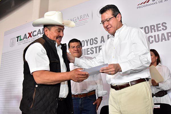 Entregan apoyos a mil 200 productores agrícolas