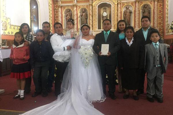 La familia acompaña a los recién casados