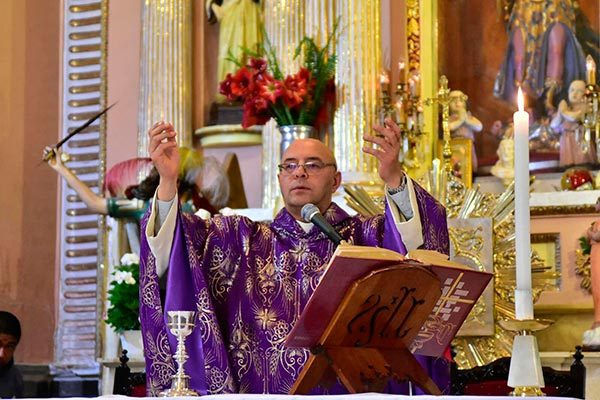 El administrador diocesano Jorge Iván Gómez Gómez, durante la homilía del quinto viernes del tiempo litúrgico, celebrada en la Iglesia de San Miguel Arcángel, municipio de Santa Cruz Tlaxcala. /Héctor LORENZO