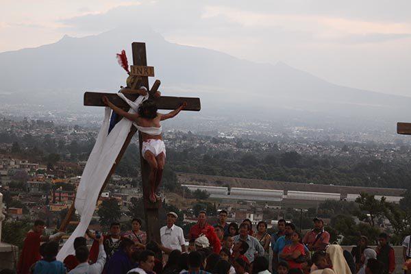 Viven con pasión el viacrucis durante 9 horas en Aquiahuac