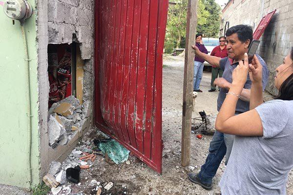 Tras el choque, la pared de la tienda quedó parcialmente destrozada. /Moisés MORALES