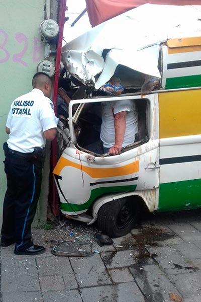"""Al parecer debido a que la unidad sufrió una falla mecánica, el conductor del """"car burguer"""" giró el volante, se subió a la banqueta y se impactó """"en seco"""" contra la pared de una tienda. /Moisés MORALES"""