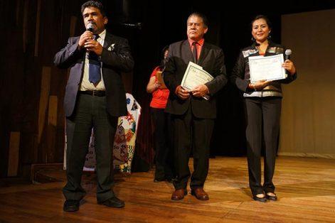 El coordinador del departamento de educación artística de la USET, Iasaac Nava, entregó un reconocimiento al director del plantel y a la maestra Anahí Zempoalteca