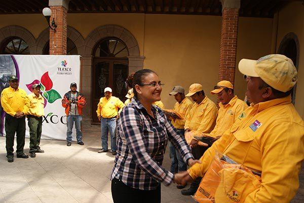 Entrega alcaldesa uniformes a brigada rural forestal