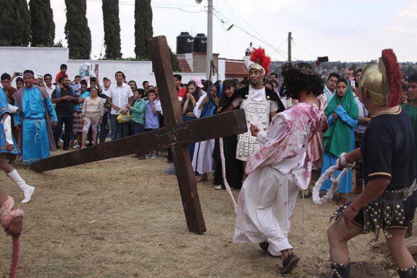 Una pesada cruz cargó Jesús durante un ascenso de 100 metros hasta El Calvario. /Tomás BAÑOS
