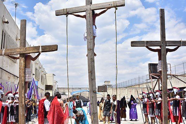 Internos del Cereso representan la pasión y muerte de Cristo