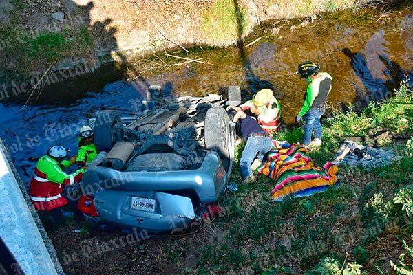 Muere mujer al caer su auto a riachuelo en Totolac