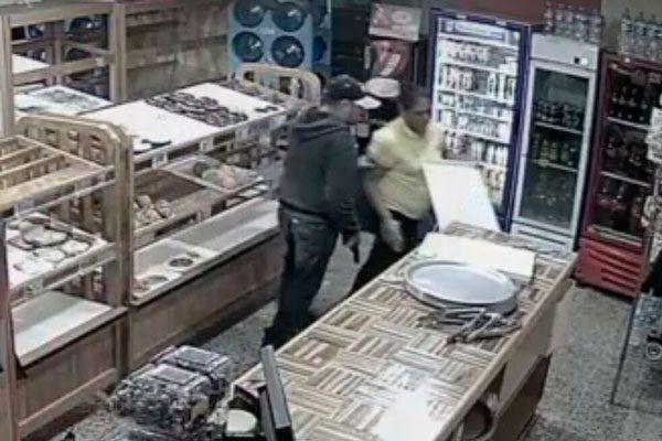 [Video] Se recrudece inseguridad en Apetatitlán, asaltan panadería a punta de pistola
