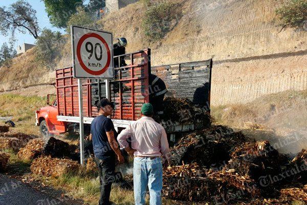[Video] Se incendia camión cargado con pacas de zacate en el periférico