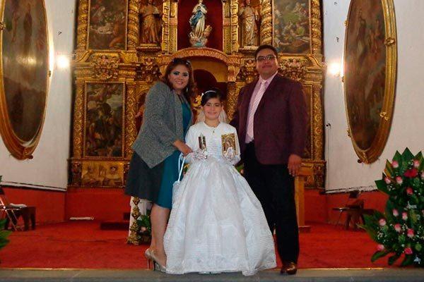 Diana Laura recibe la eucaristía