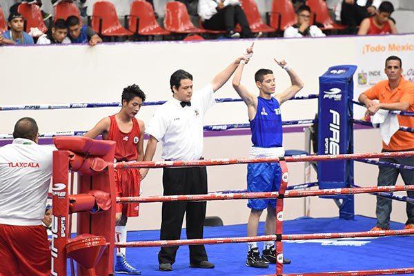 El sinaloense Oscar Valenzuela dominó toda la pelea. /Everardo NAVA/ENVIADO