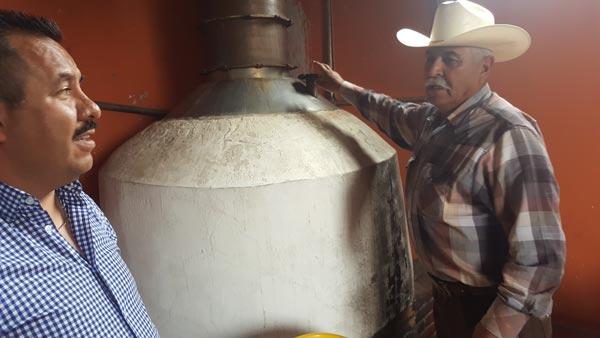 Para evitar desperdiciar el pulque sobrante, José Juan Aragón Guerrero le apostó a la construcción de una pequeña destiladora. /Leonel TLALMIS
