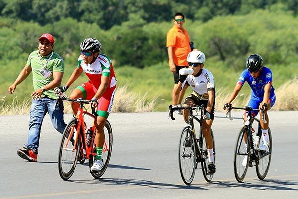 El ciclista tlaxcalteca, Ángel Pérez Reyes, recibió abastecimiento por parte de su padre Hipólito Pérez, ayer en Monterrey, Nuevo León. /Francisco H. REYES