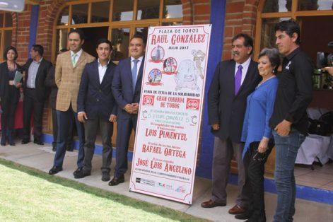 Ganaderos, matadores y autoridades durante la presentación de la fiesta taurina en honor al patrón Santiago. / Tomás BAÑOS