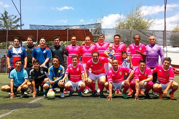 """Para dar el """"remojo"""" a sus nuevos uniformes, Supra llevó a cabo un partido amistoso ante Amigos Panistas en la cancha Olympia ubicada en Tlacualoyan. /Everardo NAVA"""