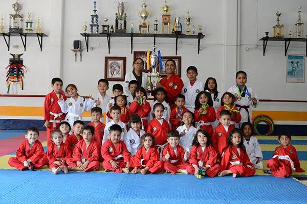 Los niños taekwondoínes muestran con orgullo sus medallas y trofeo. /Migdalia CARRO