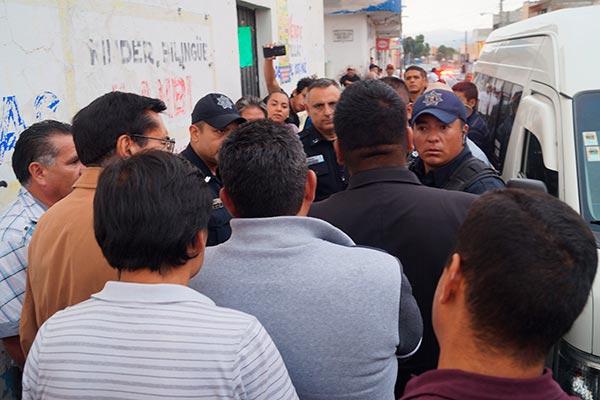 Vecinos del primer cuadro de la ciudad estuvieron a punto de enfrentarse con los uniformados, quienes insistían en retirar las unidades antes de la llegada del agente del Ministerio Público. /Manuel MORALES