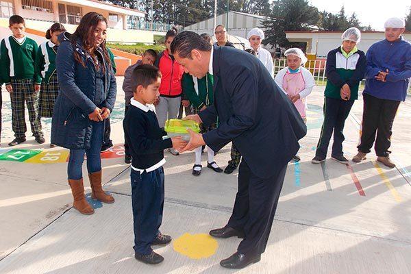 Entregan alcalde artículos para habilidades sicomotoras al CAM 7 de Nanacamilpa