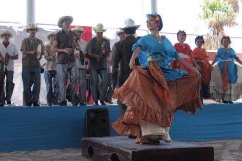 """Nora Rachel RAMÍREZ. / Con su espectáculo """"Hombres tierra"""", la compañía Jóvenes Zapateadores, acompañada por el grupo musical Son Luna, cuenta la memoria histórica de Veracruz"""