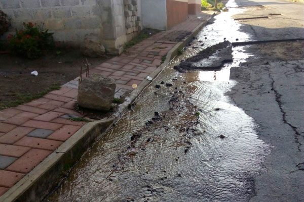 Se quejan vecinos de Tetlanohcan por drenaje al aire libre