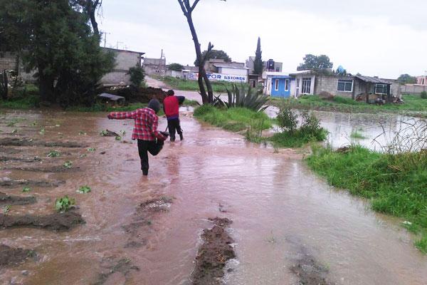 Familias damnificadas por el torrencial aguacero del viernes retiran el agua de sus viviendas. / Tomás BAÑOS